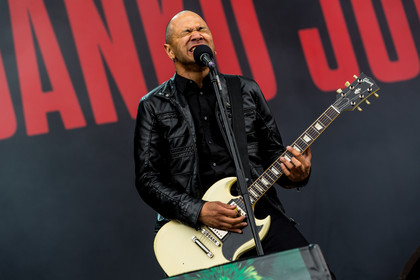 One man show mit Band - Fotos: Danko Jones live auf dem Southside Festival 2015